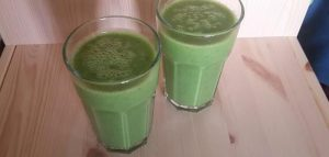 Groene smoothie van peterselie, avocado, appel, banaan